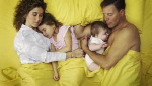 colecho-hijos-bebes-ninos-padres-dormir-habitacion-cuna-misma_cama-crecer-crecimiento-etapas_CLAIMA20150319_2713_4